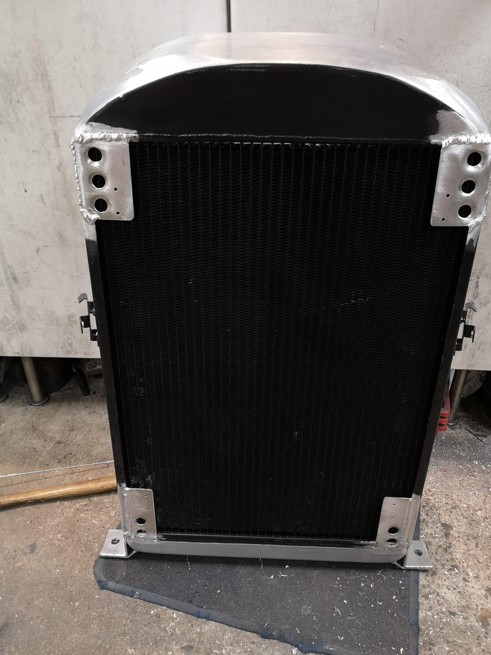 Fäste till AC-kondensorn svetsas i kylaren